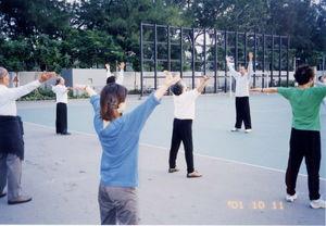 ホテルの前で太極拳気功を練習2